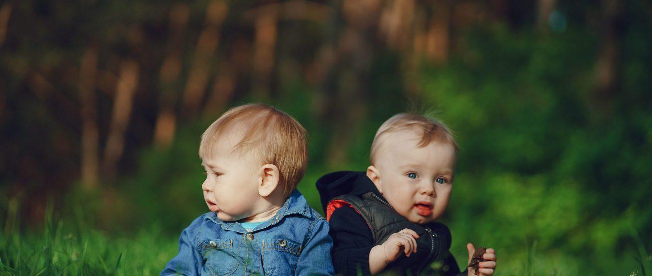 children-in-the-grass-DHQ93W7