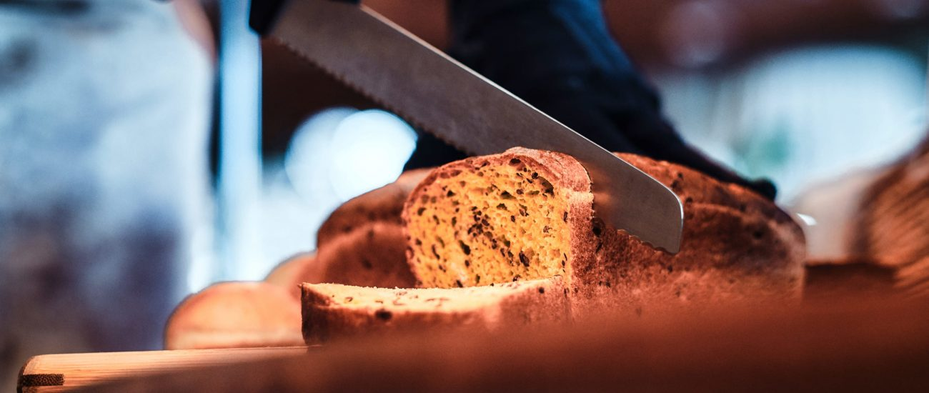 kitchen-worker-is-slicing-bread-for-lunch-8ZV29N7 (1)